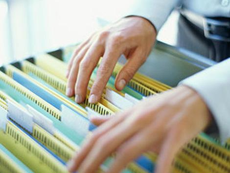 mãos arquivando documentos