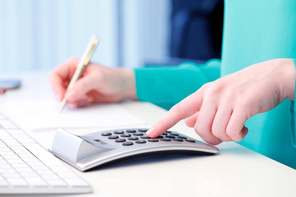 mulher fazendo contas na calculadora