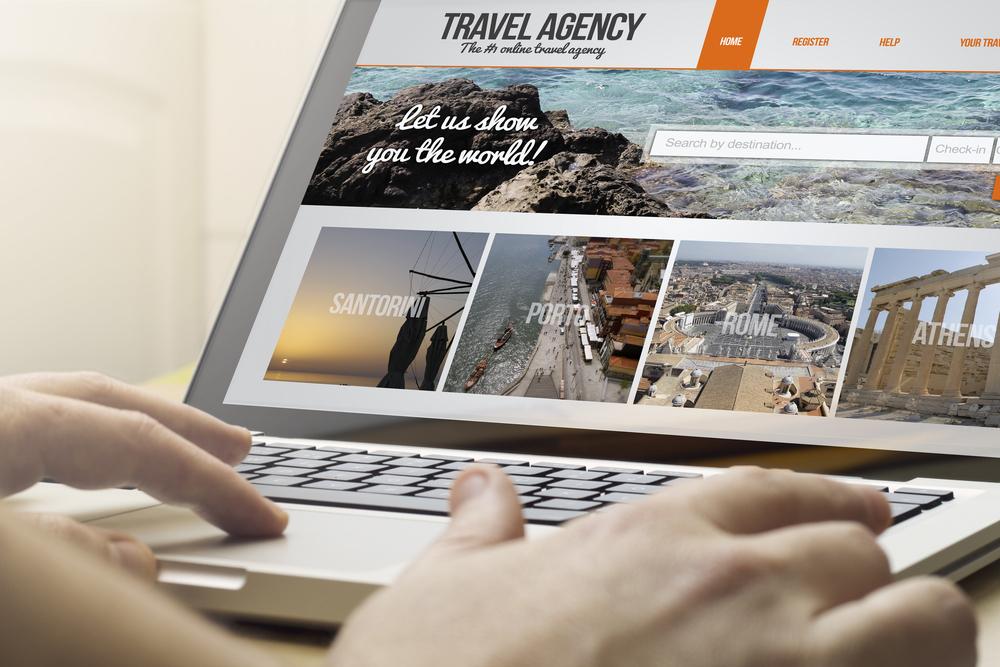 Ilustração de um computador com imagens de diversos lugares turísticos do mundo. Imagem ilustrativa texto como montar uma agência de viagens online.