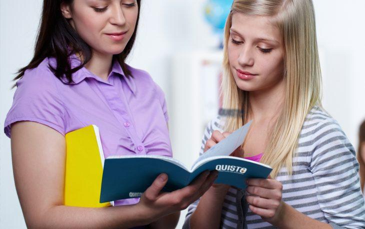 mulheres olhando livro informativo corretor de seguros