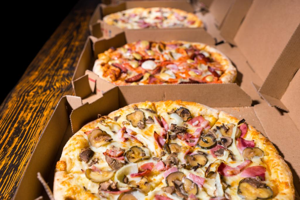 pizzas em caixa enfileiradas