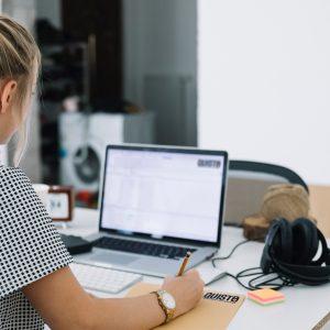 franquia corretora de seguros pessoa trabalhando home office