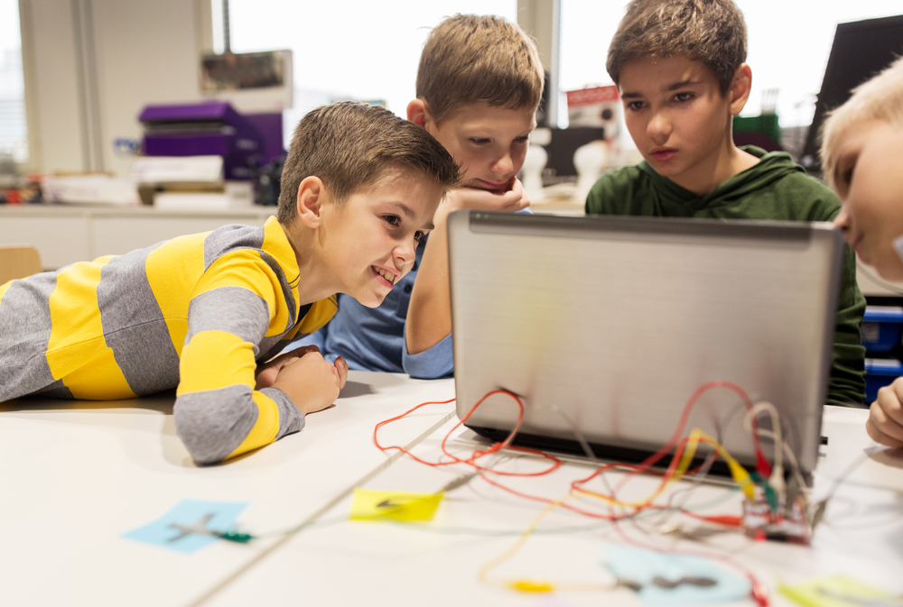 crianças aprendendo programação
