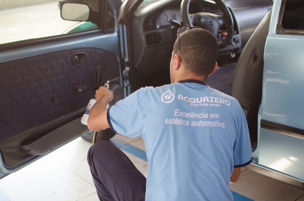 acquazero funcionário limpando carro