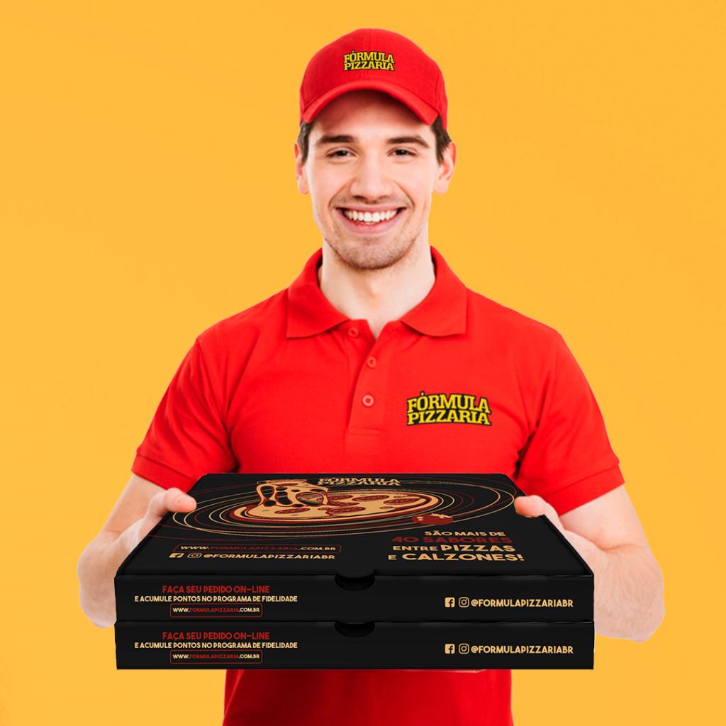 entregador com caixas de pizza da formula pizzaria