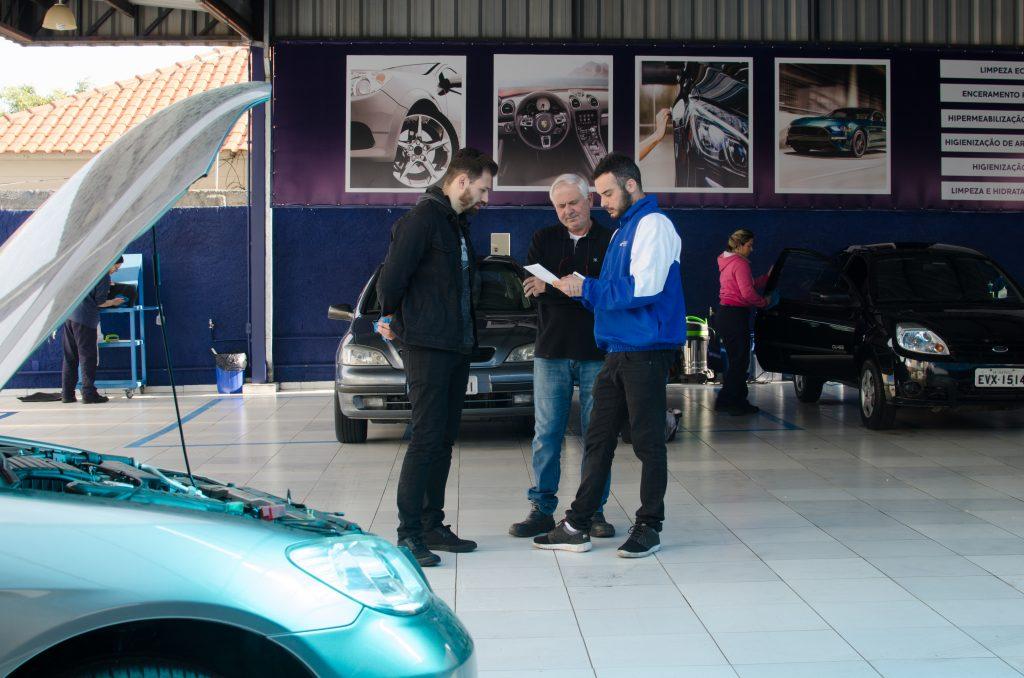 franquia automotiva vendedor atendendo cliente