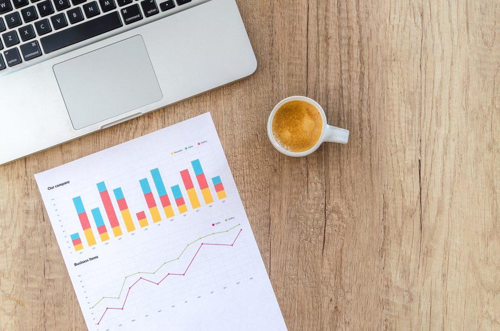 imagem ilustrativa computador e dados para estabelecer plano de negócios