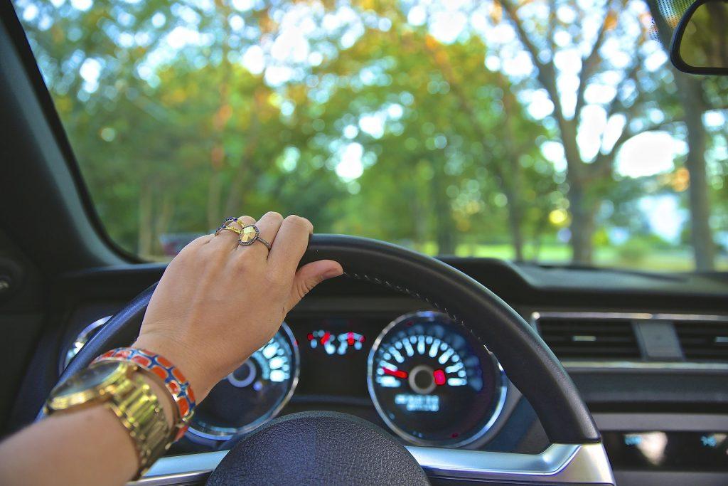 mulher dirigindo carro