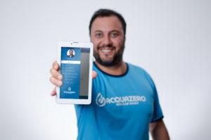 app acquazero empresario henrique mol segurando tablet com app na tela