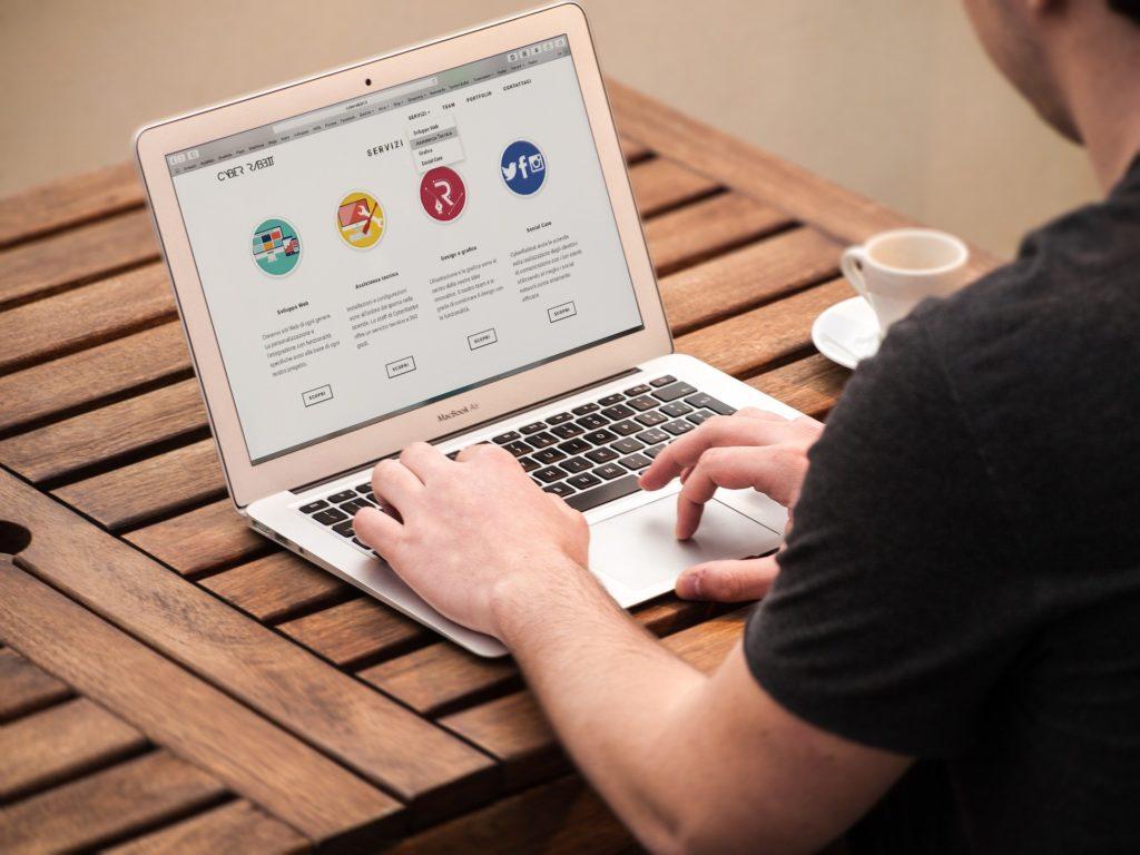 pessoa trabalhando no notebook texto franquias baratas 2020