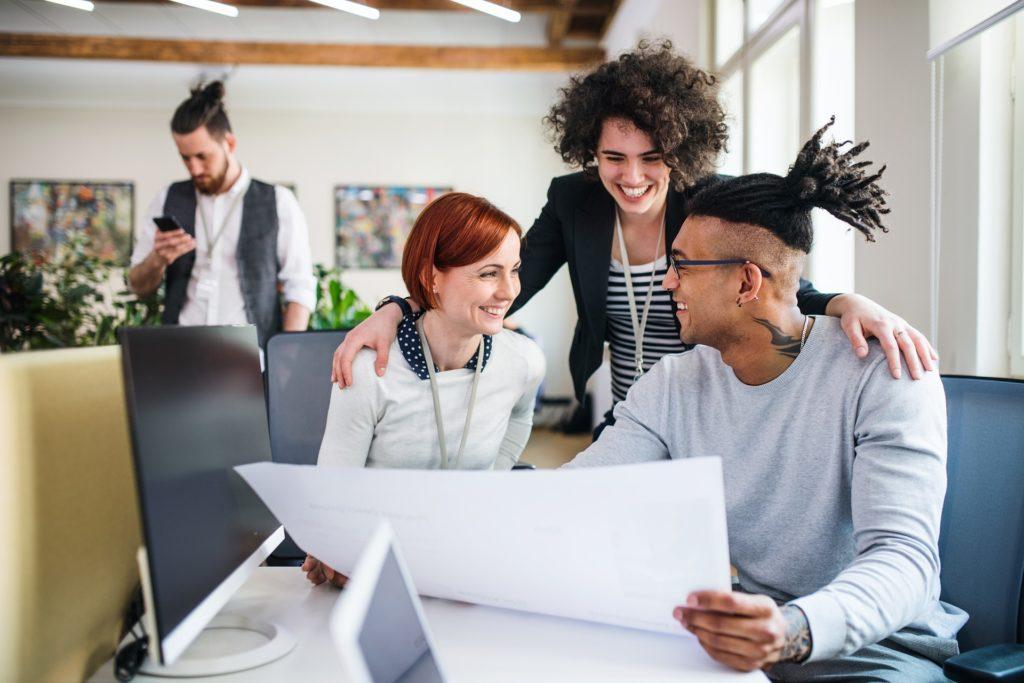 pessoas trabalhando juntas espaço de coworking