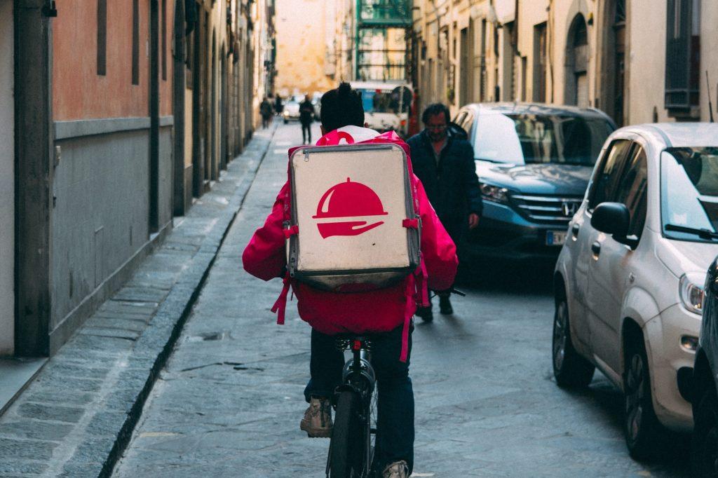 homem com caixa de delivery bicicleta texto franquias baratas 2020