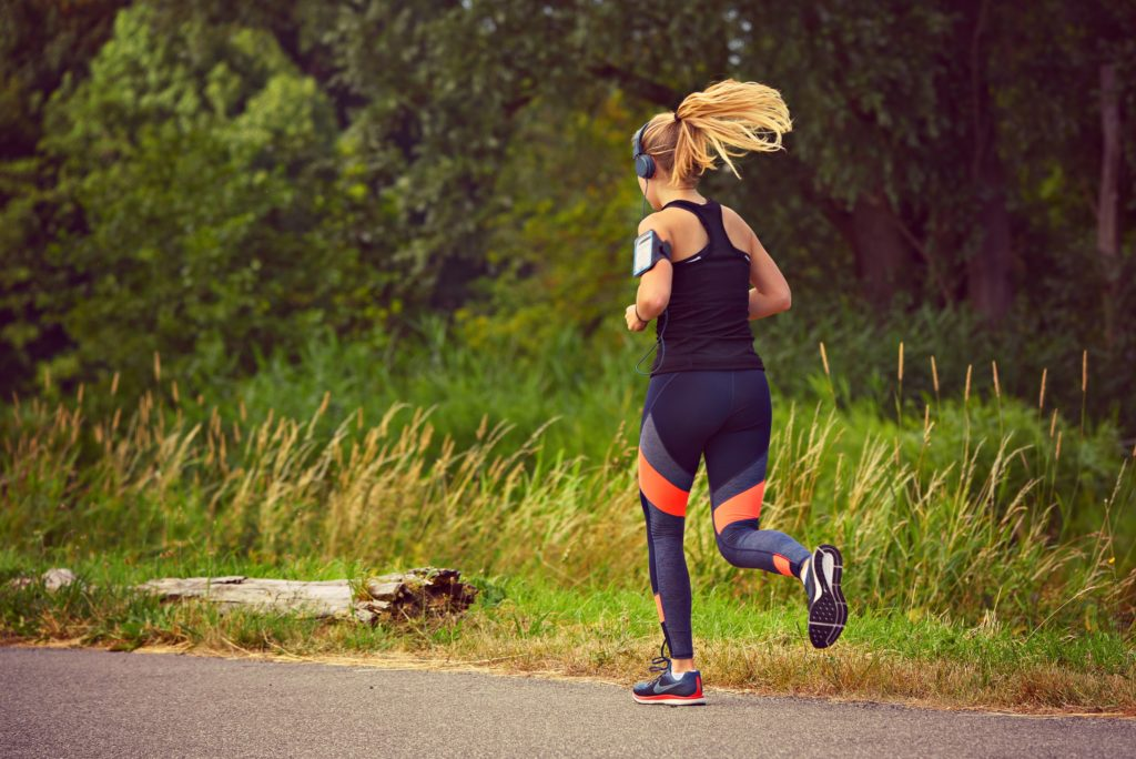 pessoa exercitando com roupas fitness
