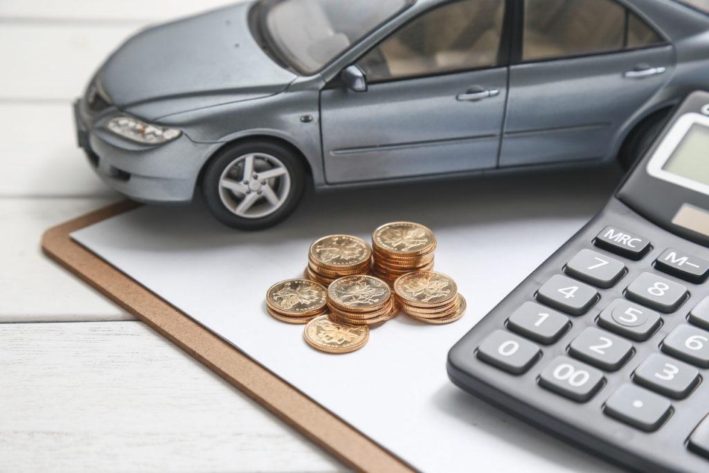 Calculadora e moedas para identificar os ganhos