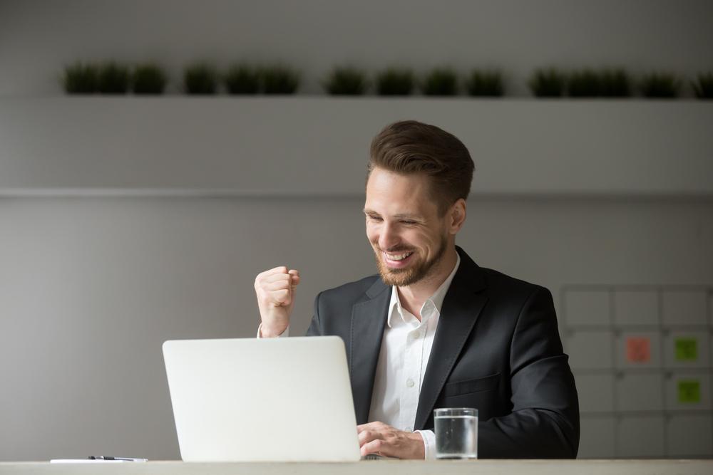 homem comemorando faturamento do seu negócio ilustrativo texto como funciona franquia de seguro