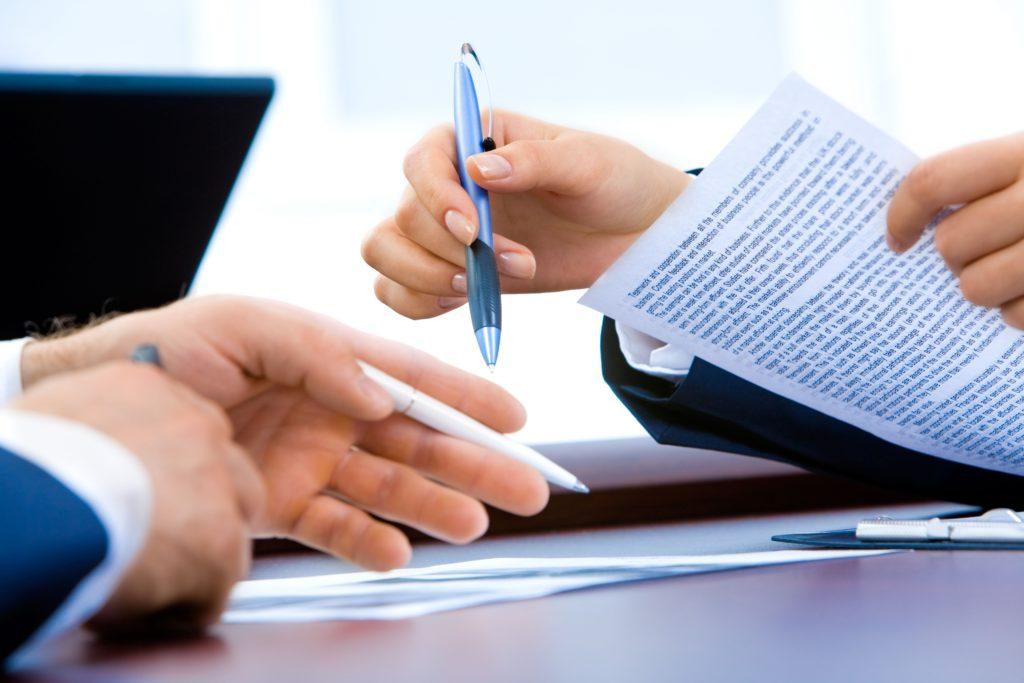 Contrato sendo assinado