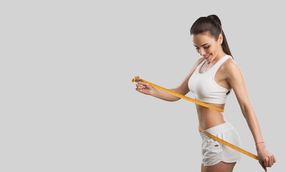 mulher medido o corpo com fita metrica