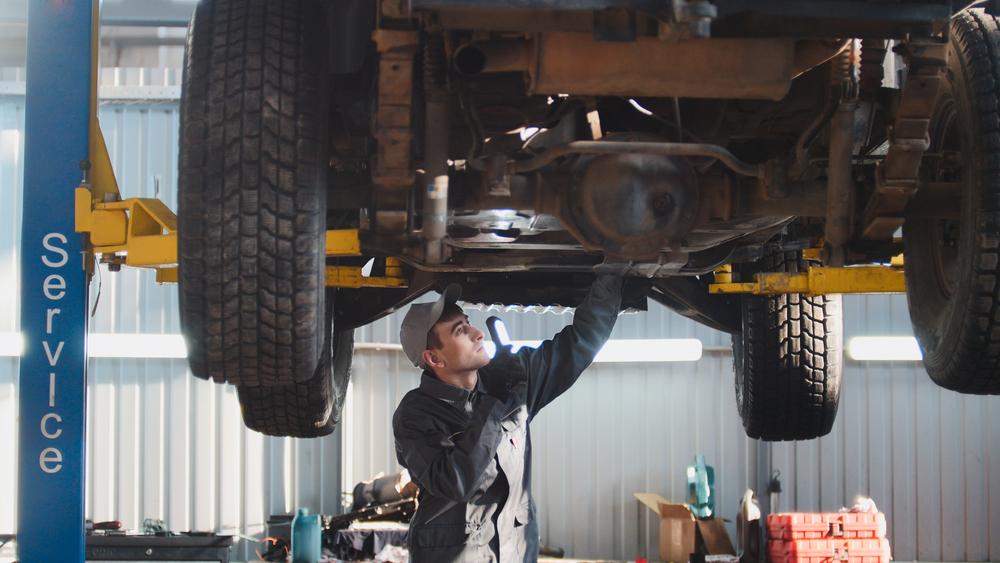 mecânico trabalhando franquias de carros