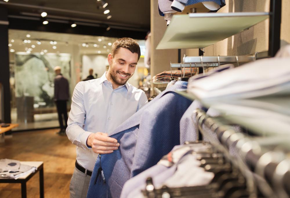 homem escolhendo uma roupa