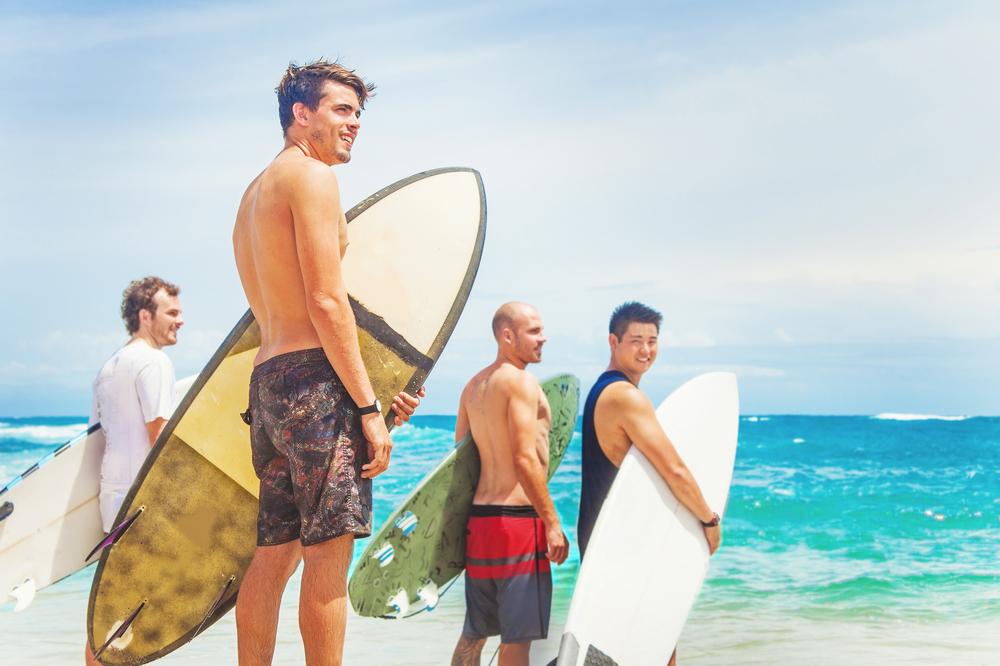 surfista na beira do mar com vestimenta de uma franquia de roupa masculina