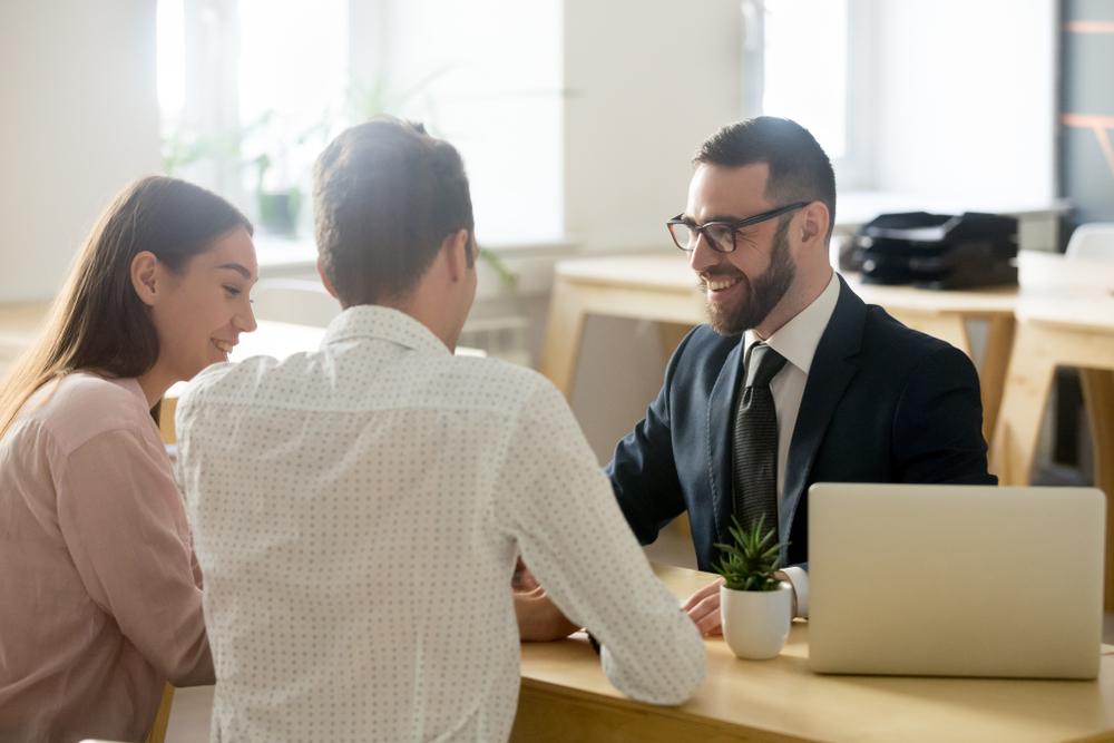 três pessoas negociando emprestimo