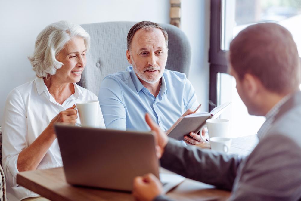 corretor de seguros conversando com clientes