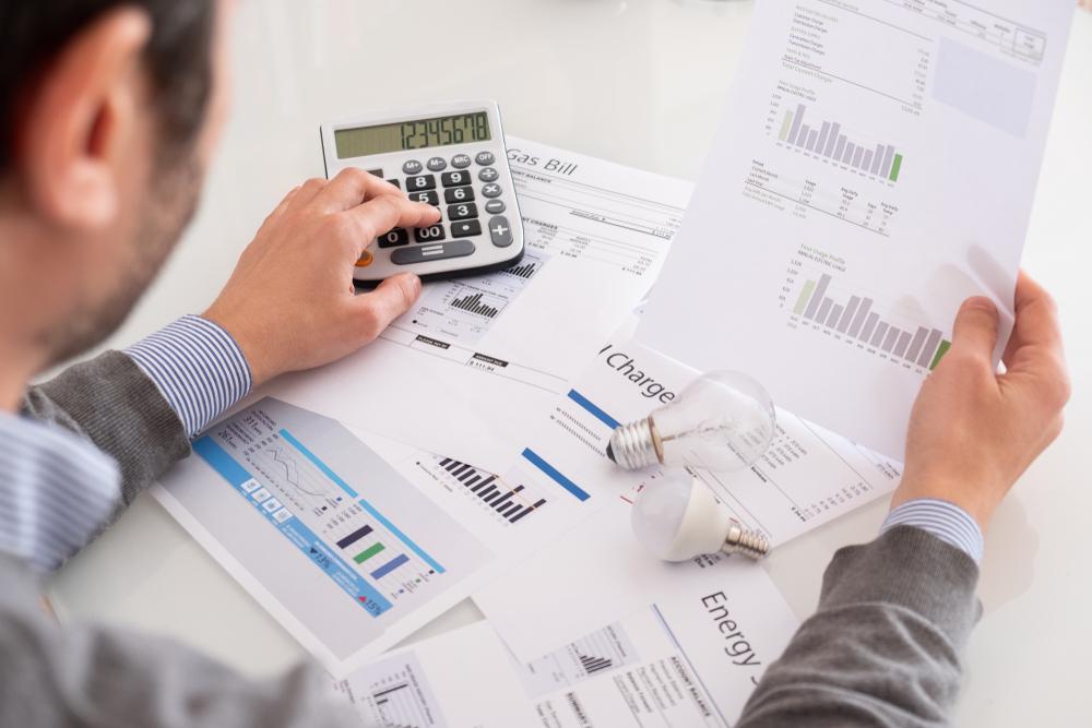 homem analisando custos de uma franquia