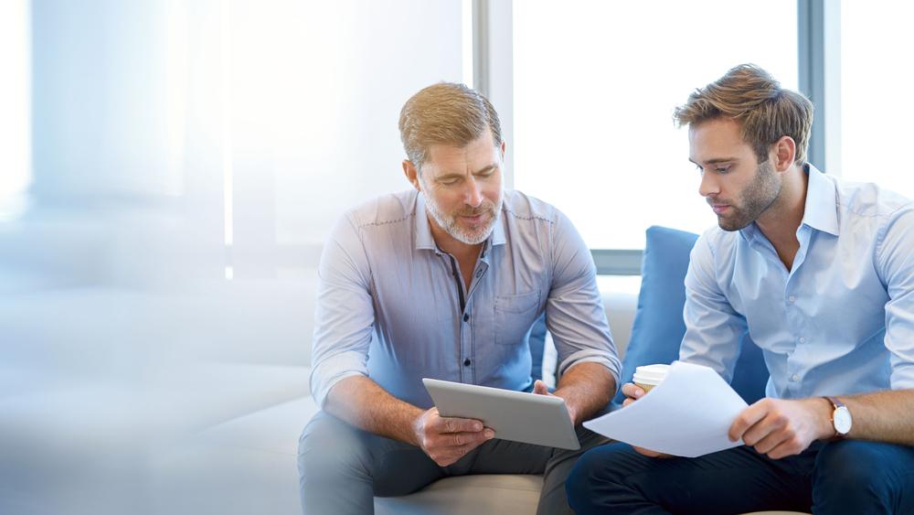 homens conversando sobre negócios