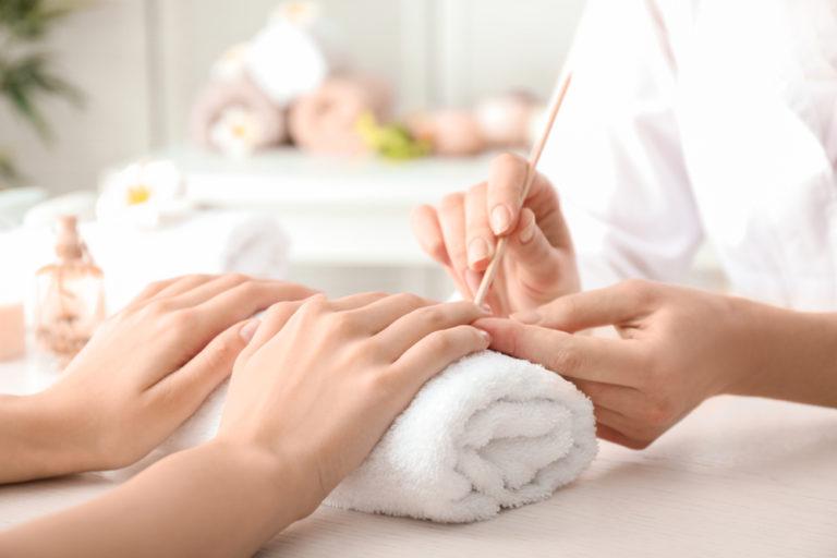 Franquia de manicure express fazendo o atendimento