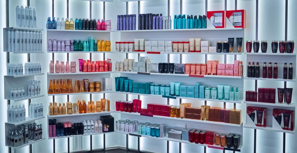 prateleira em loja de cosméticos franquia beleza baratas