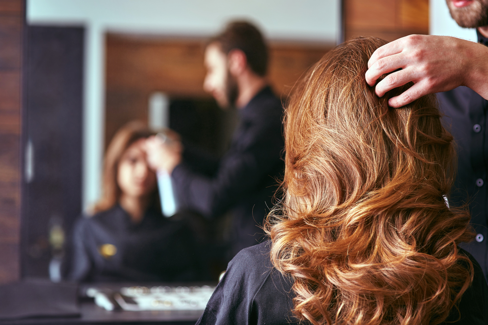moça com os cabelos sendo cuidados