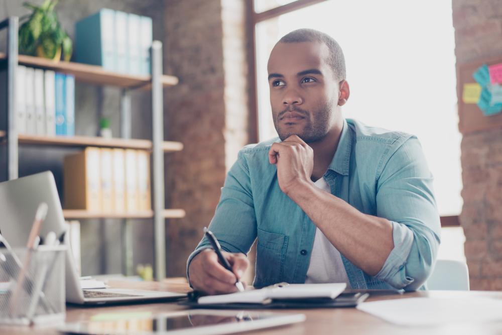 homem planejando ambiente de escritorio franquia de emprestimos