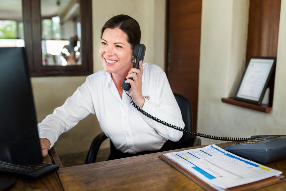 corretora conversando com cliente por telefone ilustrativo texto como funciona franquia de seguro
