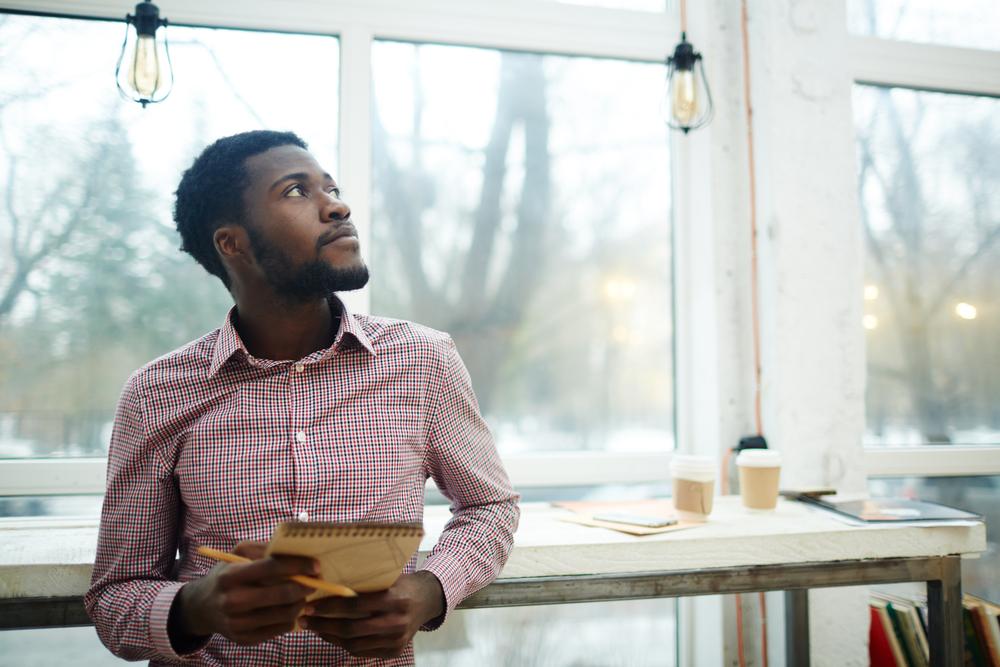 Empreendedor pensando em possíveis saídas para um eventual problema