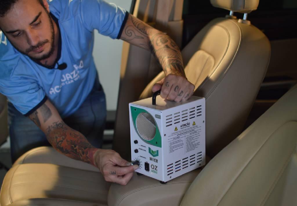 profissional fazendo oxi-sanitização em carro. franquias de serviços automotivos
