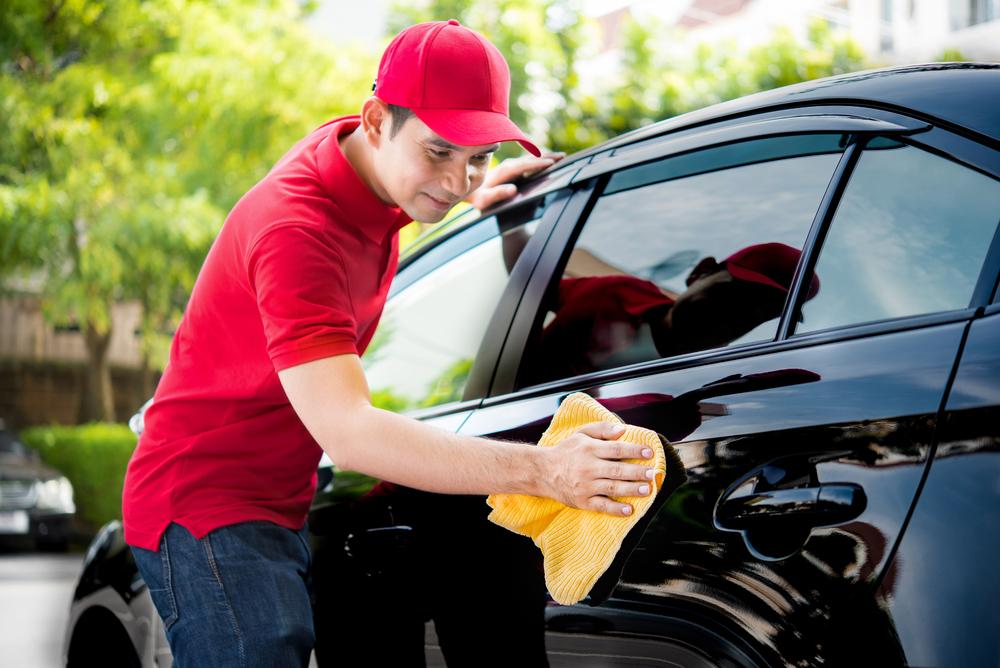 homem limpando carro