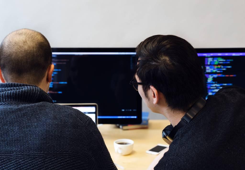 funcionários trabalhando computador franquias até R$ 30 mil