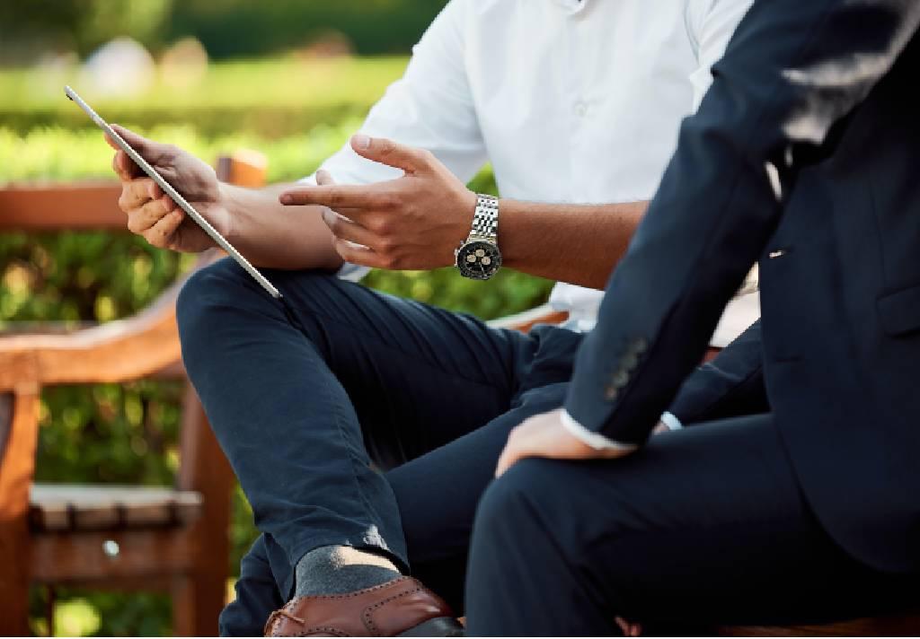 homens conversando tablet