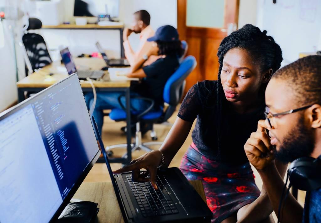 funcionários olhando tela computador franquias até R$ 30 mil