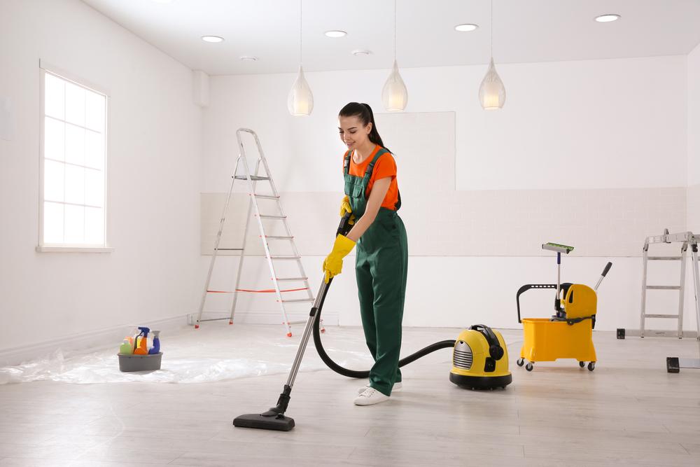 moça trabalhando em franquias empresas limpeza conservacao