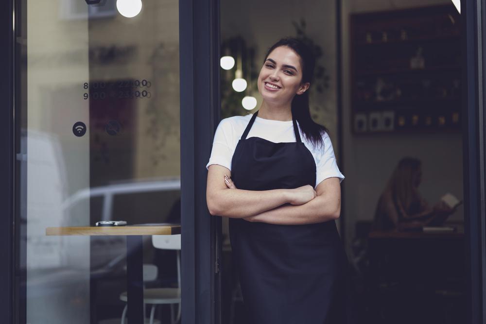 mulher na porta de uma loja