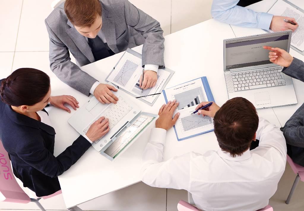 funcionários em reunião