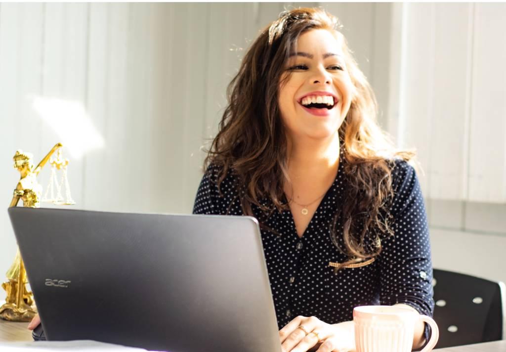 mulher sorrindo notebook