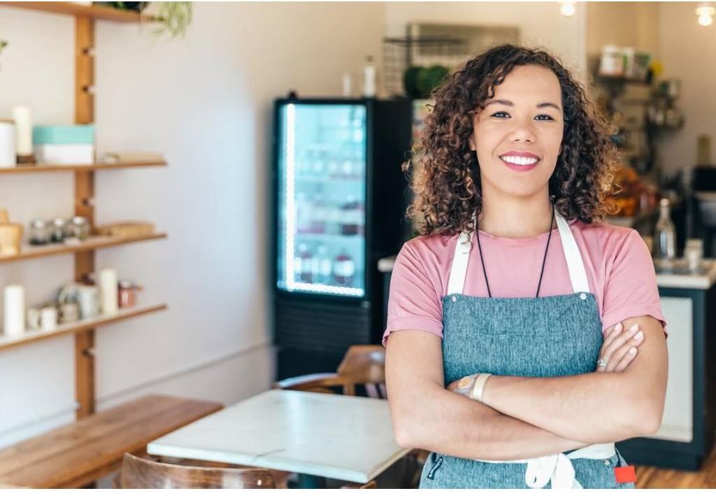 mulher sorrindo loja tipos de franquias