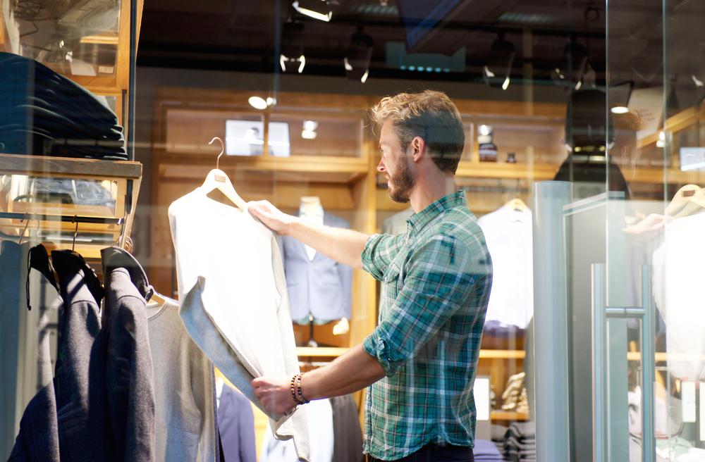 homem escolhendo camisa imagem ilustrativa franquia de roupas
