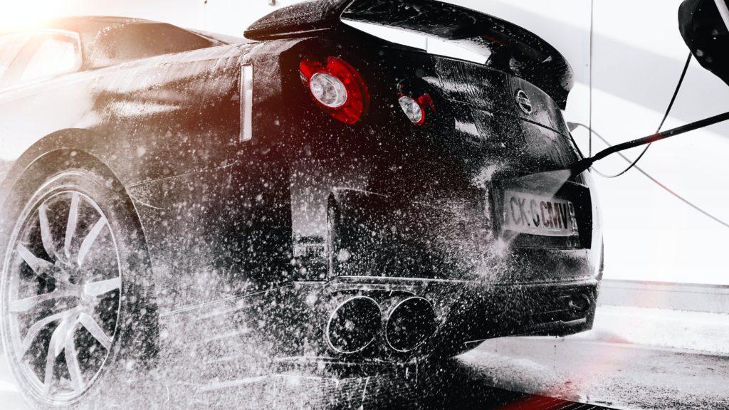 carro sendo lavado