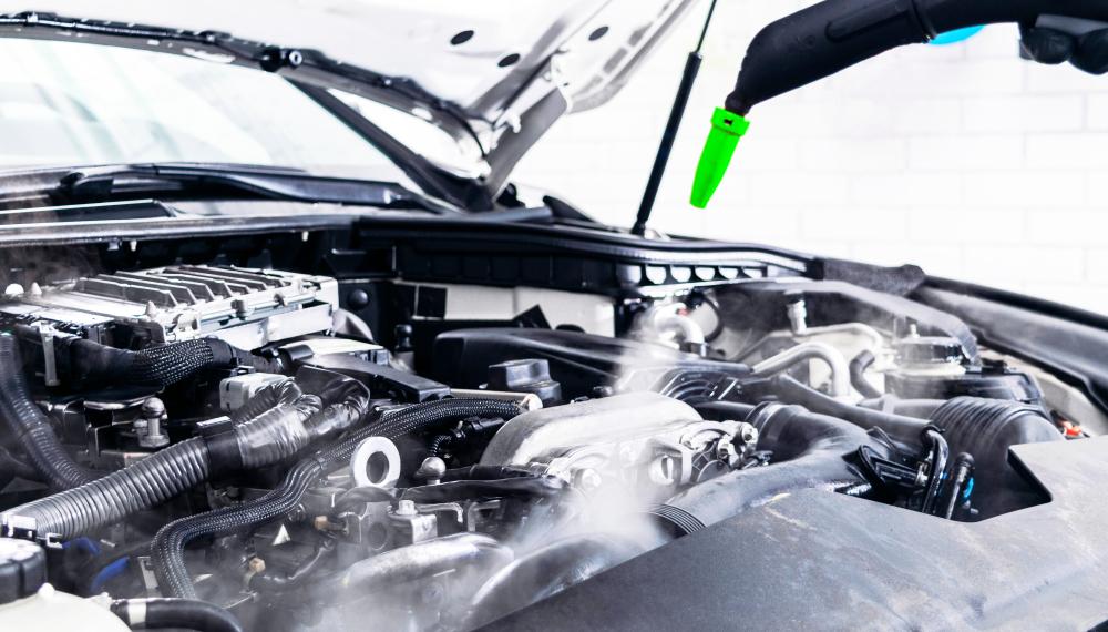 carro sendo lavado na franquia de lava rápido com vapor