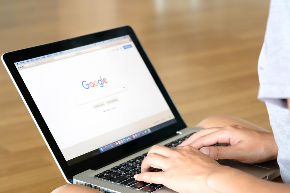 moça fazendo pesquisa no google pelo computador sobre franquia de lava rápido