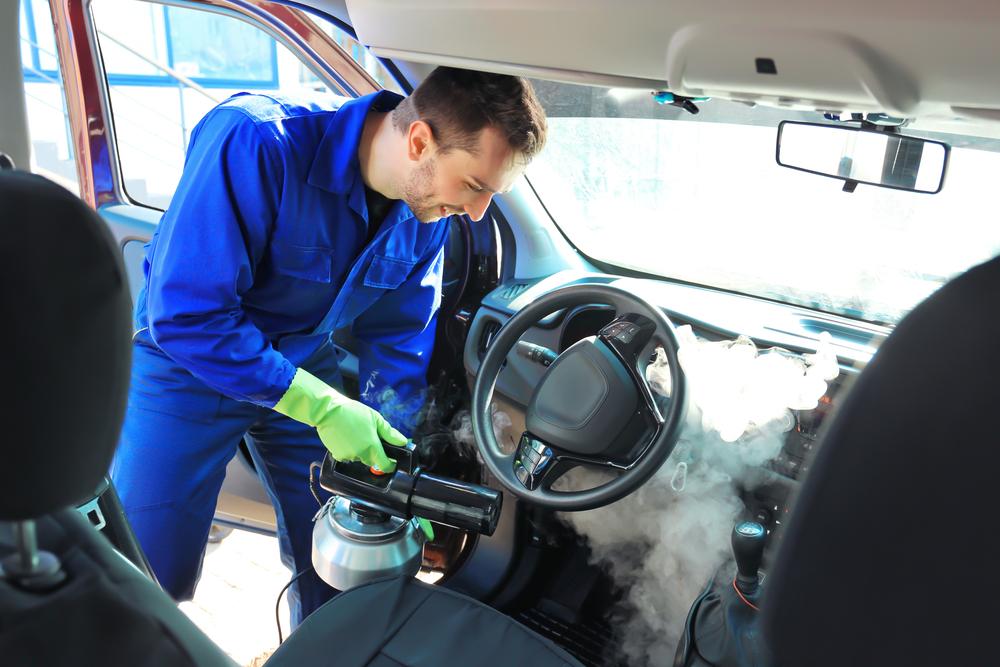 carro passando por higienização interna