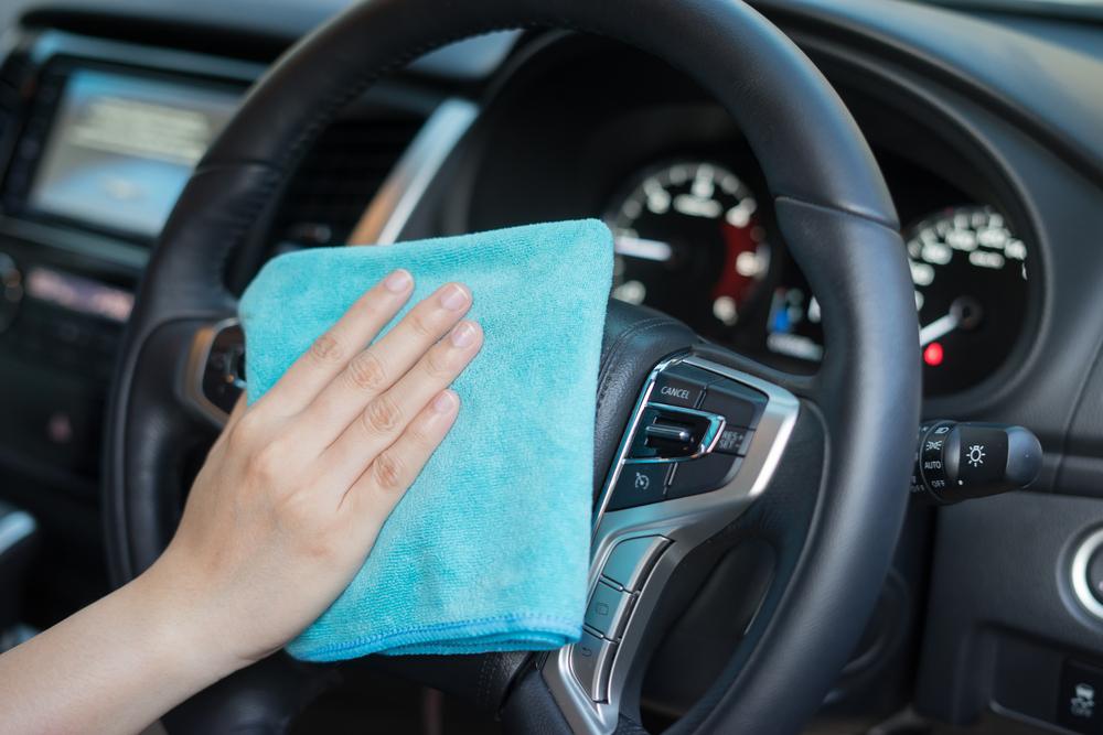 volante do carro sendo lavado em lava jato